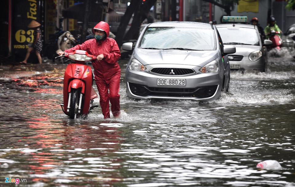 Mưa lớn, Hà Nội chìm sâu trong biển nước