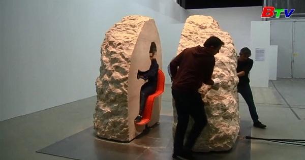 Nghệ sĩ người Pháp tự giam mình trong nhà đá một tuần