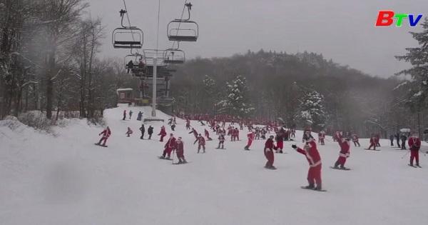 Hàng trăm ông già noel trượt tuyết ở Mỹ gây quỹ từ thiện