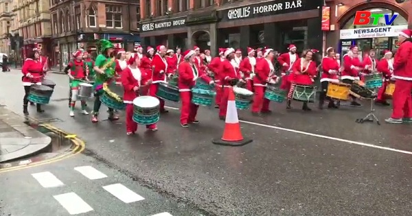 Ông già Noel tham gia cuộc chạy bộ ở Liverpool ở Anh Quóc
