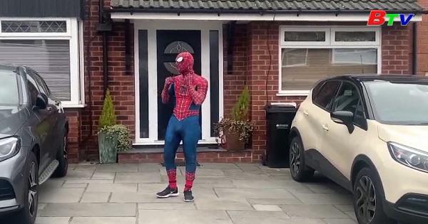 Anh Quốc - Hóa trang thành người nhện để cổ vũ tinh thần cho các em nhỏ