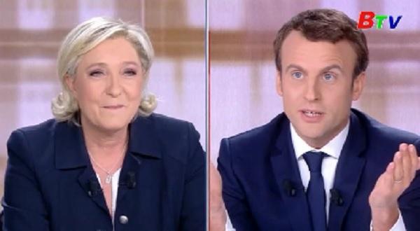 Ứng cử viên Macron khiếu nại cáo buộc của đối thủ Le Pen