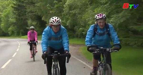 Cụ bà cao tuổi nhất thế giới chinh phục chiều dài nước Anh bằng xe đạp