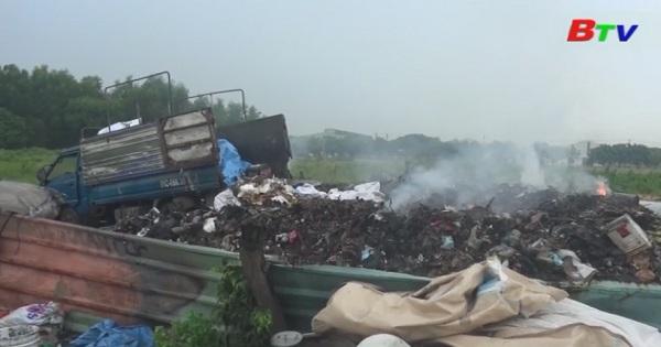 Bắt quả tang hàng chục tấn rác thải công nghiệp đổ sai qui định