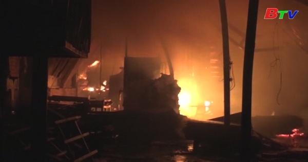Nỗ lực dập lửa trong đêm cứu xưởng gỗ bị cháy
