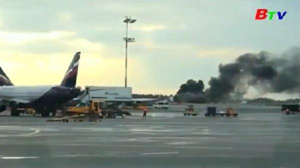 Máy bay Nga bốc cháy trên đường băng ở Moscow, ít nhất 41 người chết