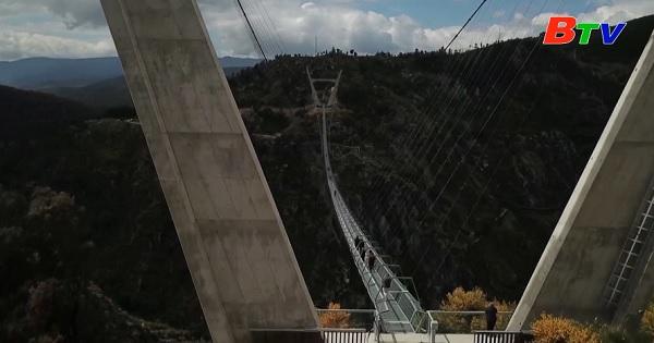 Khánh thành cầu treo dài nhất thế giới dành cho người đi bộ
