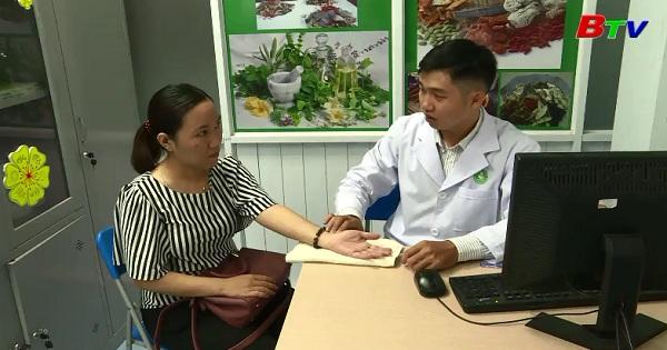Bấm huyệt và dùng thảo dược trị bệnh dạ dày