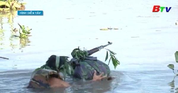 Bộ đội sư đoàn 9 mang vũ khí vượt sông Sài Gòn an toàn