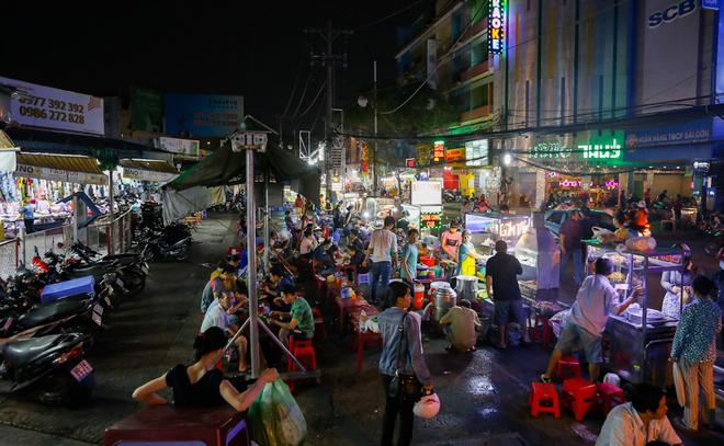 Khu chợ hàng rong giữa Sài Gòn