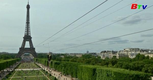 Màn biểu diễn đu dây trên tháp Eiffel