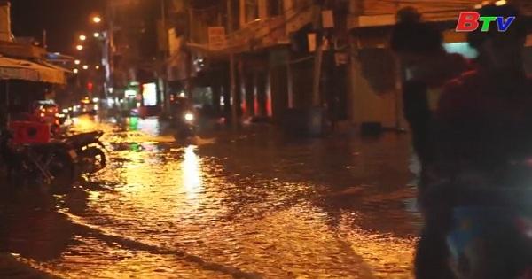 Hàng trăm nhà dân bị ngập do triều cường trên sông Sài Gòn