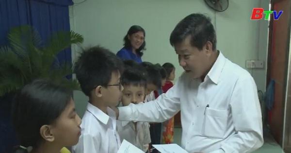 Lãnh đạo tỉnh thăm tặng quà tết tại thi xã Thuận An