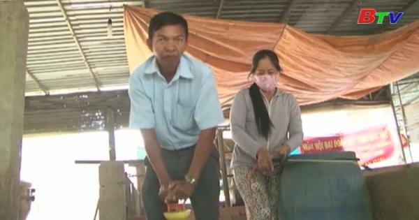 Bàu Bàng cấp phát hóa chất khử trùng nơi chăn nuôi cho nông dân