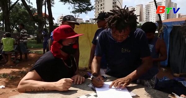 Brazil - Bác sĩ hóa trang thành chú hề để điều trị  tâm lý cho người vô gia cư