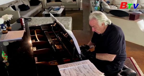 Brazil - Nghệ sĩ dương cầm nổi tiếng trở lại chơi đàn nhờ đôi găng tay điện tử