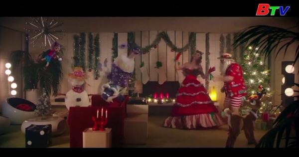Ca sĩ Katy Perry hóa thân thành bà già noel xinh đẹp trong MV