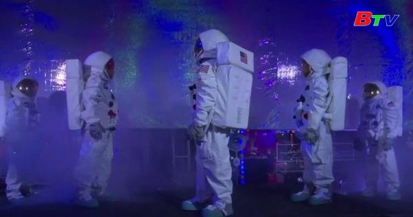 Robot, UFO và Santa bước vào kì nghỉ lễ ở New York