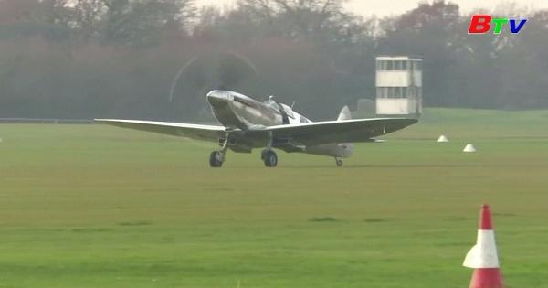 Spitfire đáp xuống nước Anh sau chuyến vòng quanh thế giới