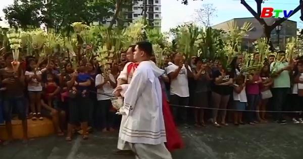 Tín đồ công giáo Philipines tham dự lễ ban phước lá cọ