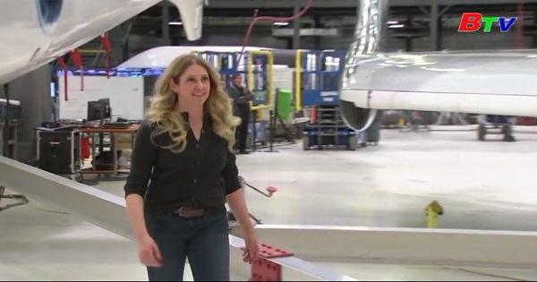 Nữ hành khách đầu tiên nhận được đôi cánh phi hành gia thương mại từ FAA