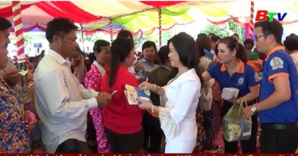 Thăm tặng quà tại tỉnh Kandal - Vương quốc Campuchia