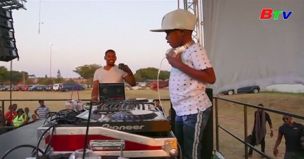 Gặp gỡ DJ nhỏ tuổi nhất thế giới người Nam Phi