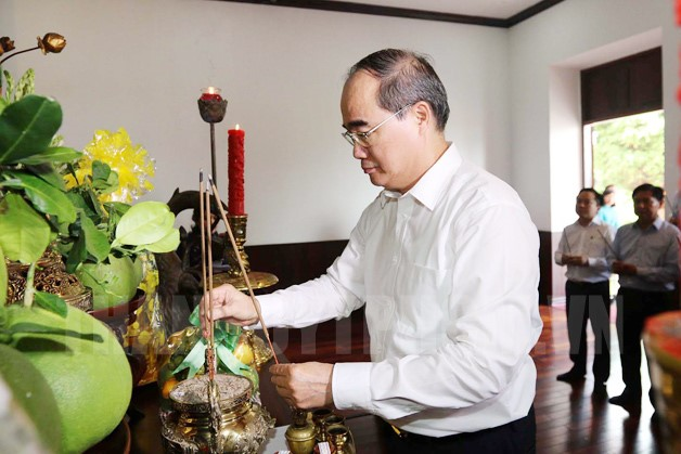 Dâng hương nhân kỷ niệm 127 năm ngày sinh Chủ tịch Hồ Chí Minh