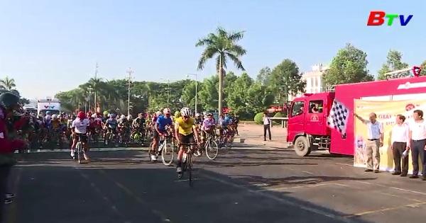 Xuất phát chặng 9 Giải xe đạp quốc tế VTV - Cúp Tôn Hoa Sen 2017