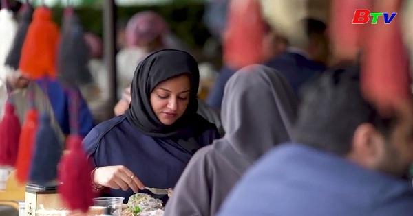 Arap Xeut phá bỏ quy định phụ nữ đi lối riêng với nam giới  khi tới nhà hàng