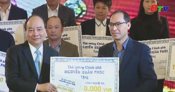 Thủ tướng trao tiền đấu giá quà tặng của đội U23 cho 20 huyện nghèo