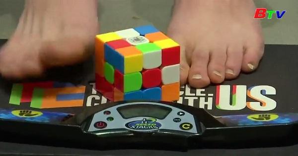 Màn trình diễn xoay Rubik bằng chân của Daniel Rose-Levine