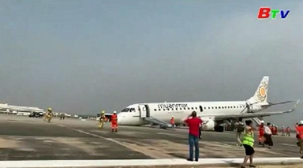 Máy bay Myanmar tiếp đất bằng bụng