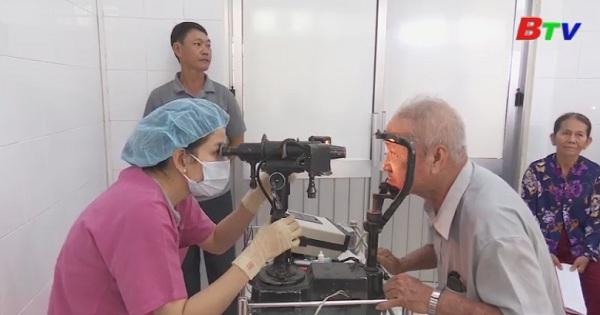 Mổ mắt miễn phí cho người có hoàn cảnh khó khăn