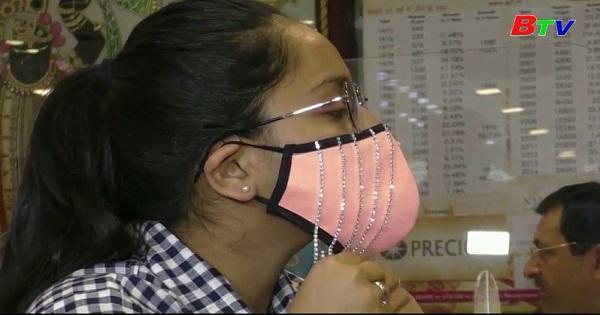Ấn Độ - Độc đáo khẩu trang đính kim cương hàng ngàn USD