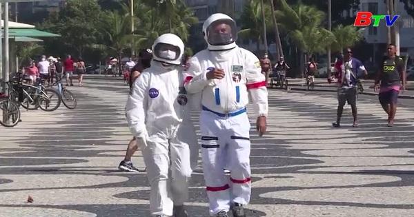 Cặp vợ chồng Brazil  sử dụng bộ đồ phi hành gia  để bảo vệ khỏi covid-19