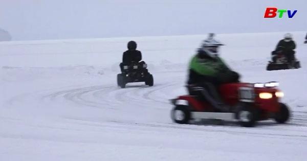 Độc đáo cuộc đua máy xén cỏ trên băng