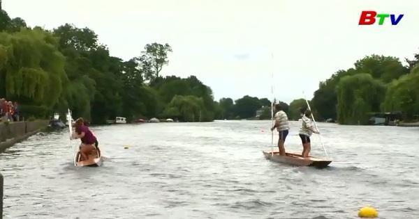 Hào hứng giải vô địch chèo thuyền đáy bằng trên sông Thames