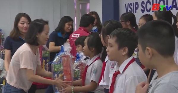 Trao tặng học bổng cho con em công nhân lao động, học sinh, sinh viên có hoàn cảnh khó khăn