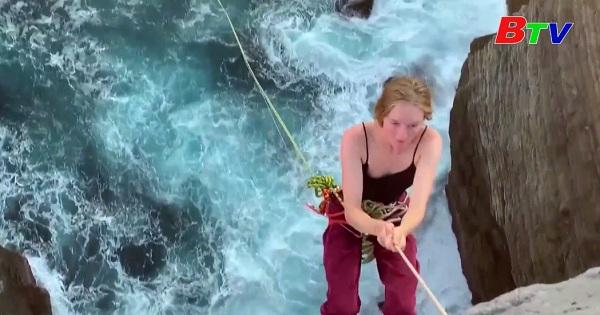 Nhảy dây thừng từ vách đá ở Úc