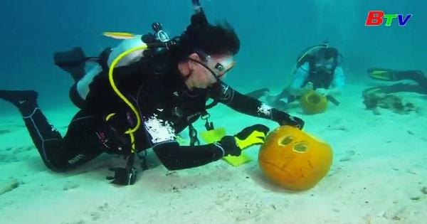 Thú vị cuộc thi khắc bí ngô dưới nước