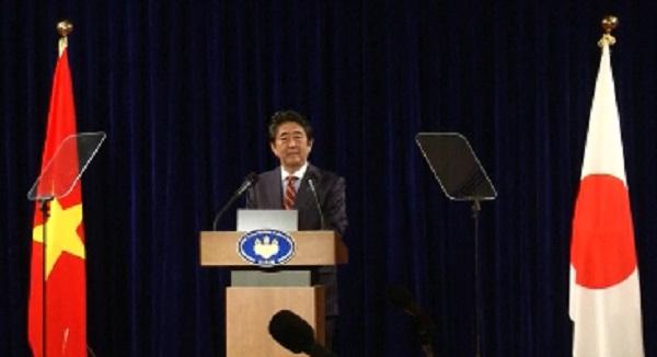 Thủ tướng Nhật Bản Abe họp báo trong chuyến thăm chính thức Việt Nam