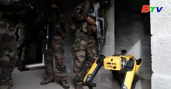 Robot tập cùng học viên Trường Sĩ quan Pháp