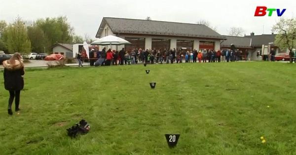 Cuộc thi ném trứng chào đón lễ phục sinh ở Đức