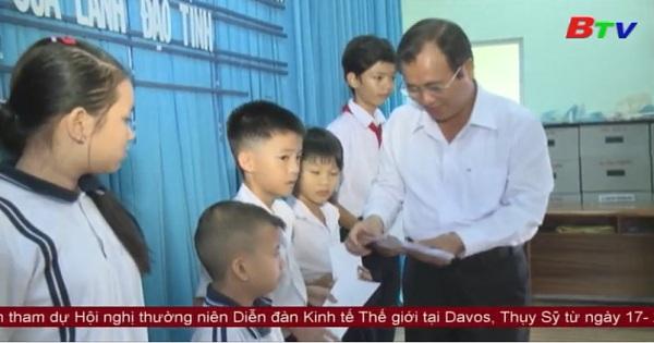Thăm và chúc tết các gia đình chính sách nhân dịp Tết Nguyên Đán