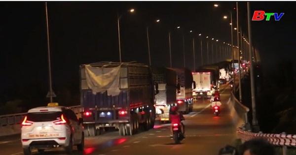 Cầu Rạch Miễu kẹt xe liên tục nhiều điểm