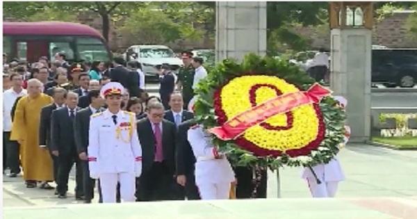 Đoàn đại biểu dự Đại hội Mặt trận Tổ quốc Việt Nam viếng lăng chủ tịch Hồ Chí Minh