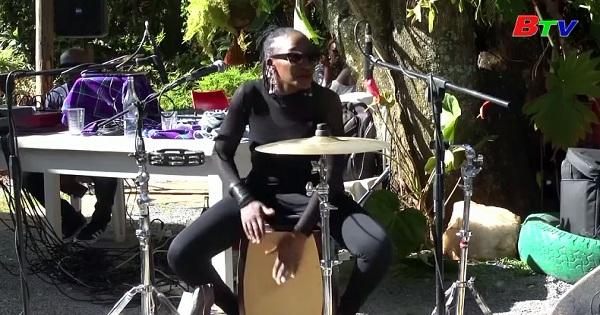 Phụ nữ KenYa phá vỡ rào cản để chơi trống