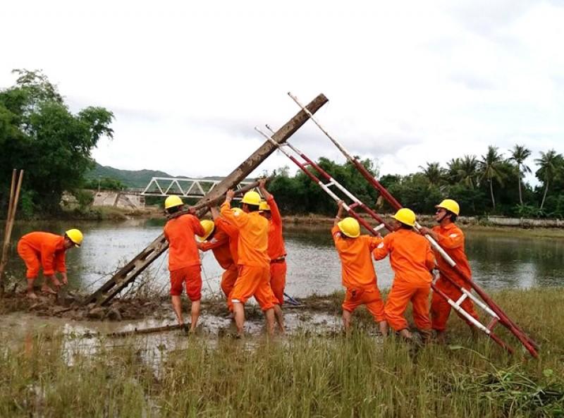 Khắc phục sự cố lưới điện do mưa lũ ở khu vực miền Trung