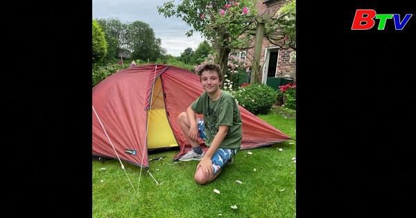 Cậu bé người Anh quyên góp được 52.000 USD sau khi ngủ trong lều suốt 7 tháng